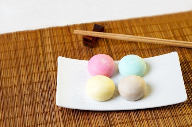 Le daifuku mochi est une confiserie japonaise composée d'un petit mochi rond farci d'une garniture sucrée