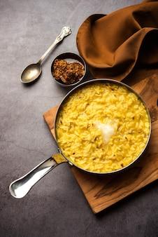 Dal khichdi fry with ghee servi dans un bol. savoureux repas indien en une seule casserole. mise au point sélective