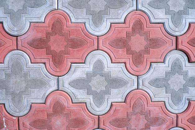 Dalles blanches et rouges avec un motif en relief, gros plan