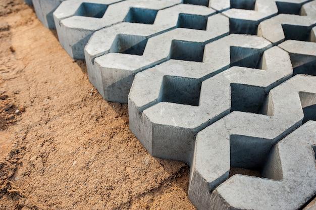 Les dalles de pavage sont posées sur une fondation de terre