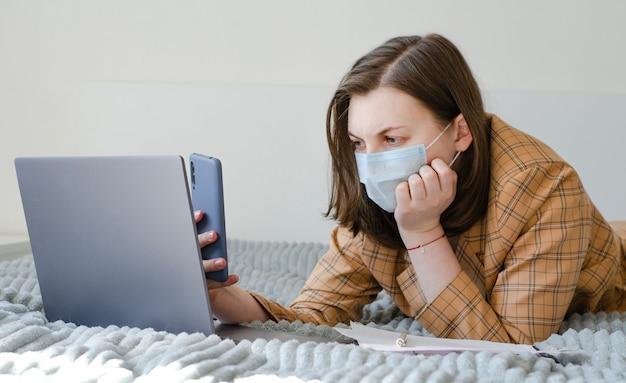 Dame d'affaires travaillant à la maison sur son ordinateur portable et son téléphone