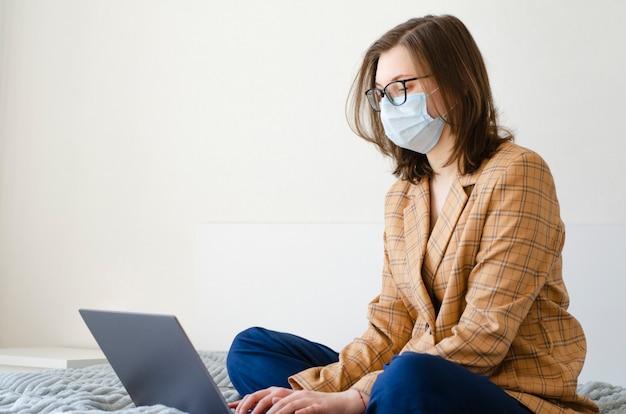 Dame d'affaires travaillant à la maison sur son ordinateur portable