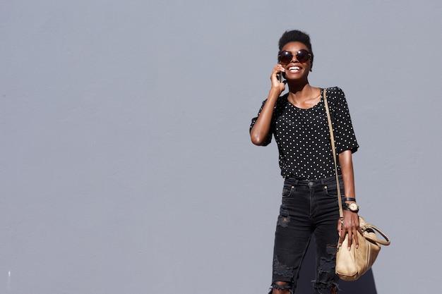 Dame africaine branchée parlant au téléphone mobile