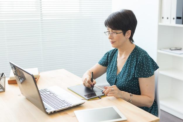 Dame d'âge moyen au bureau
