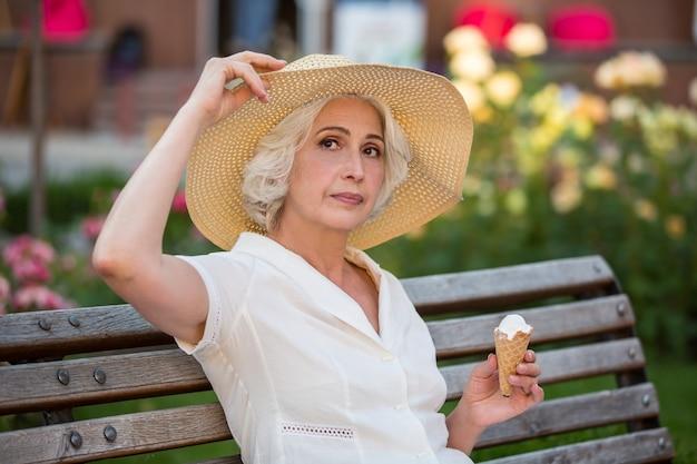 Dame d'âge mûr avec de la crème glacée.