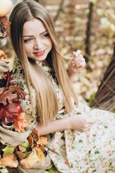 Dame appréciant d'être dans le parc d'automne à la nature. belle femme blonde caucasienne passant du temps seule assise à la balançoire décorée le jour de l'automne
