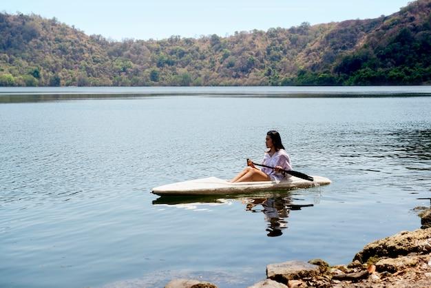 Dame asiatique, pagayer, kayak, lac, satonda, île