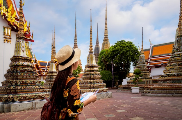 Dame asiatique voyage dans le temple de wat pho