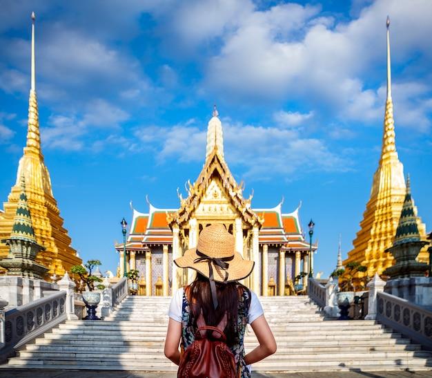 Dame asiatique voyage à wat phra keaw