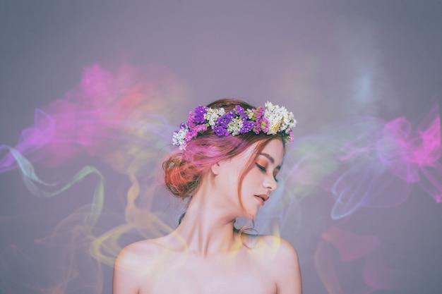 La dame aux fleurs est métisse, caucasienne et asiatique. elle est fascinée par l'odeur du parfum coloré.