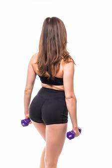 Dame aux longs cheveux noirs fait des exercices pour le dos avec des haltères bleus