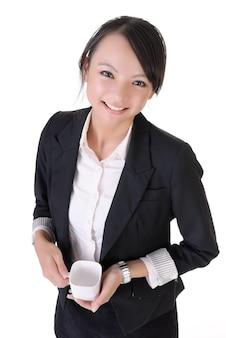Dame de bureau avec joie de se reposer et tenant une tasse de café sur fond blanc.