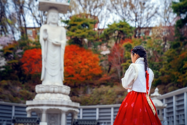 Dame coréenne en robe hanbok dans le temple bongeunsa
