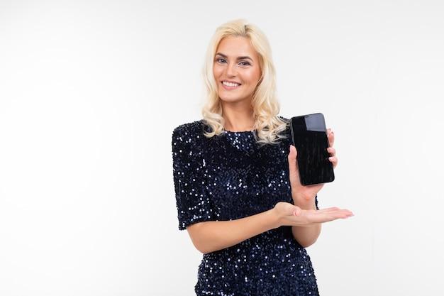 Dame dans une robe élégante conseille au téléphone de tenir l'écran en avant avec la mise en page pour la publicité sur un fond blanc avec copie espace
