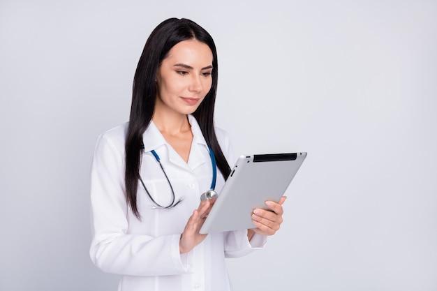Dame de doc professionnel recherche d'informations sur tablette
