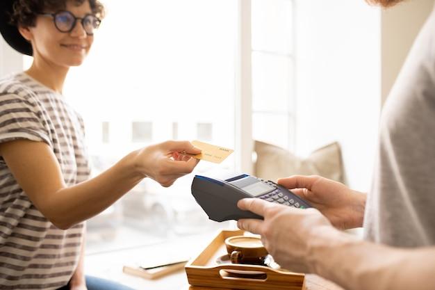 Dame donnant la carte de crédit au caissier