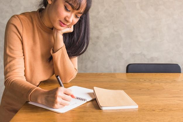 Dame écrit sur un cahier