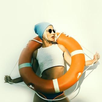 Dame élégante avec bouée de sauvetage style maritime de mode