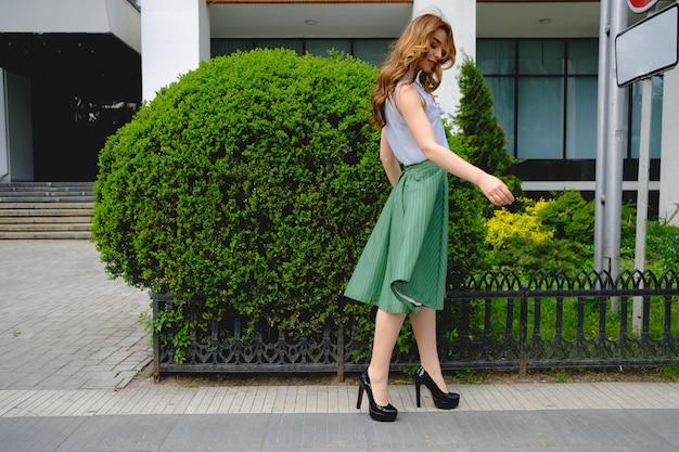 Dame élégante marchant seule dans la rue
