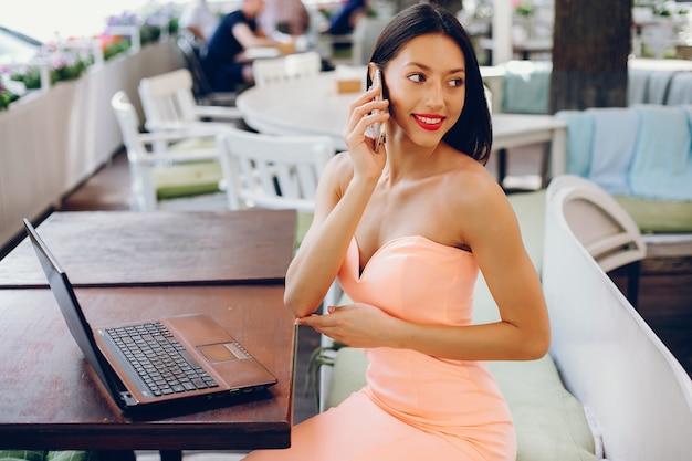 Dame élégante avec ordinateur portable