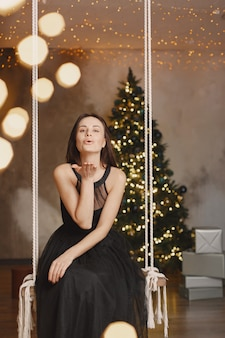 Dame élégante près de l'arbre de noël