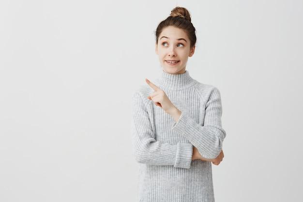Dame excitée en mentionnant quelque chose d'important. femme d'apparence caucasienne faisant une présentation au bureau. concept d'entreprise