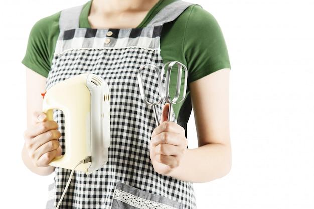 Dame heureuse tenant des trucs de cuisine sur fond d'espace copie