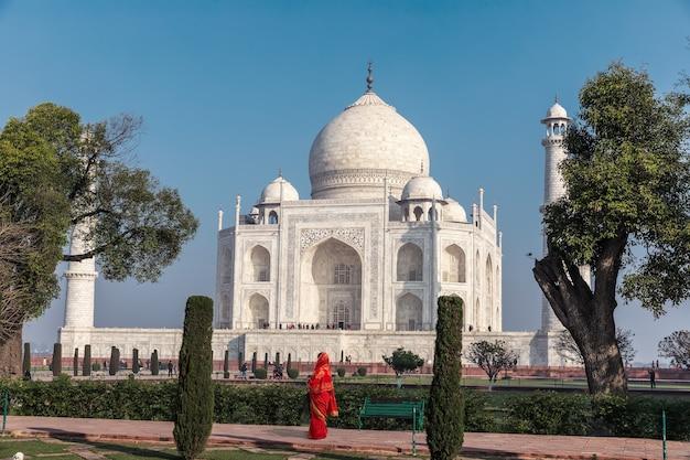 Dame indienne en sari rouge au taj mahal, inde, agra.