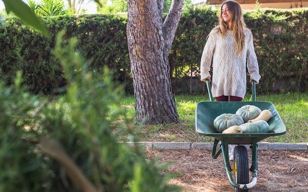 Dame avec des légumes dans un chariot