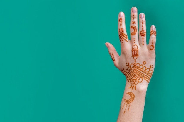 Dame main avec merveilleux mehndi dessine