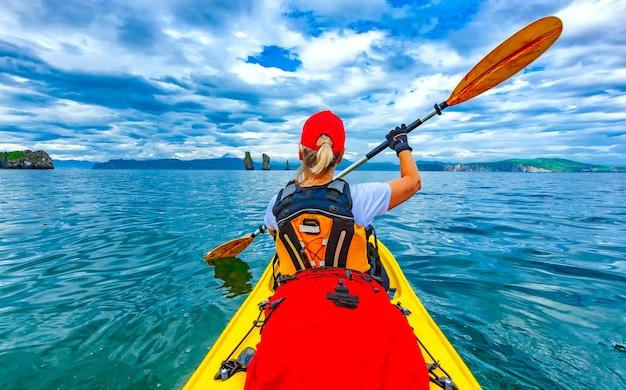 Dame pagayant le kayak dans la baie d'avacha