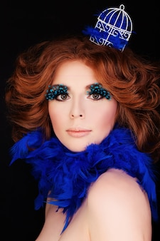 Dame parfaite femme avec maquillage et cheveux roux blue bird concept