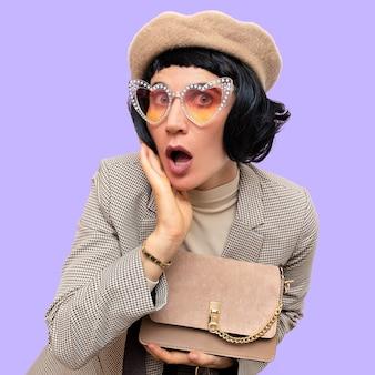Dame de paris rétro chic. d'apparence ancienne. béret, lunettes et costume à carreaux. sac à main élégant