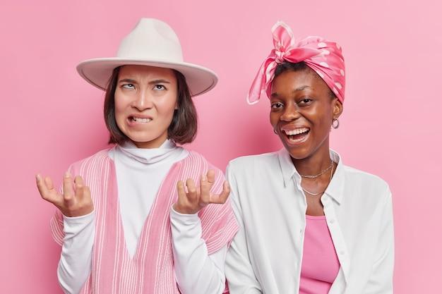 La dame porte une tenue à la mode passe du temps libre avec son amie d'une autre nationalité