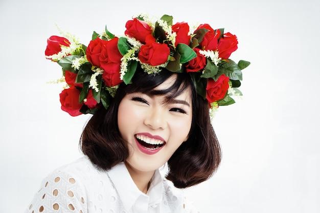 La dame en robe blanche avec rose
