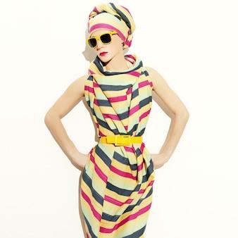 Dame de style africain. bande tendance. accessoire d'été à la mode.