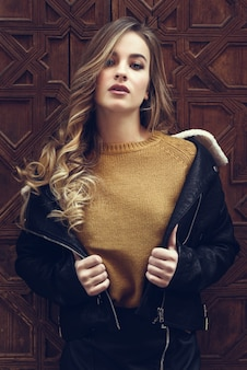 Dame style de la rue jolie jeune blonde