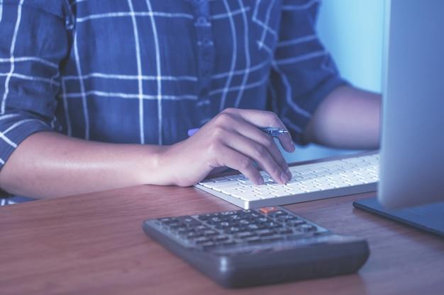 Dame travaillant à la maison avec un ordinateur