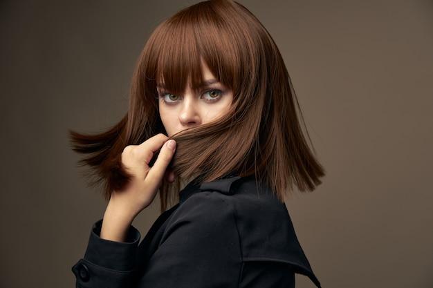 Dame en veste noire se transforme