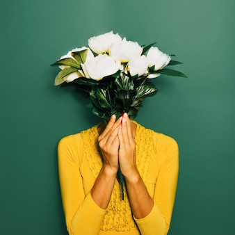 Dame vintage avec un bouquet de pivoines. style de printemps