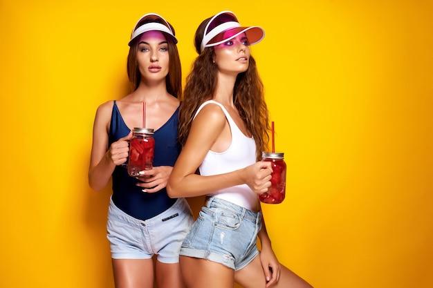 Dames élégantes avec des boissons