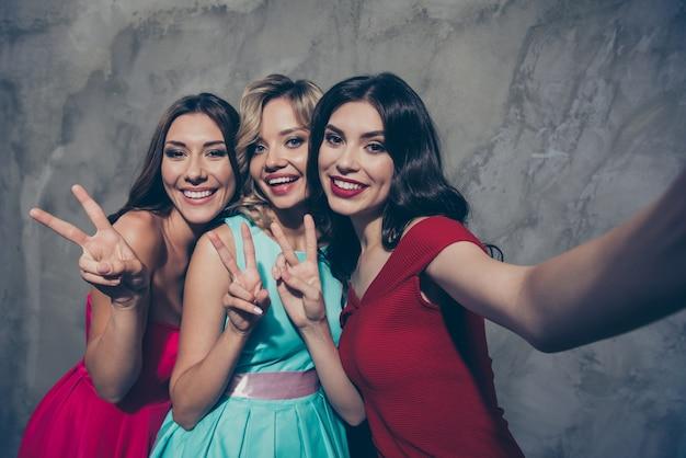 Dames élégantes posant ensemble lors d'une fête