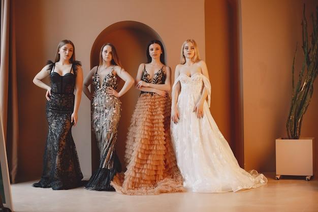Dames en robe de soirée. femmes élégantes en robe longue.