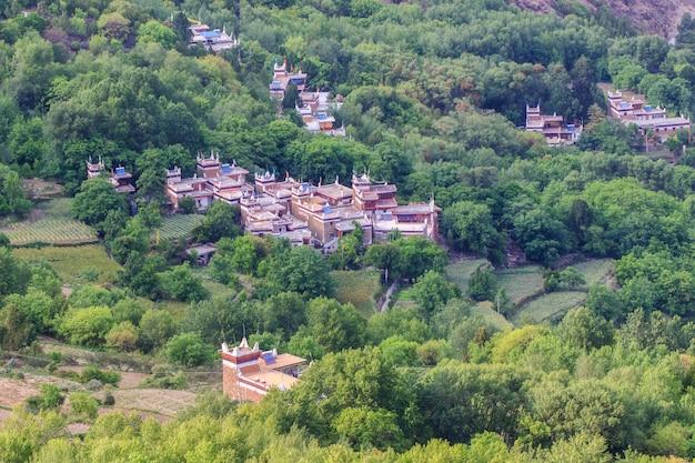 Danba villages tibétains au ciel bleu au soleil