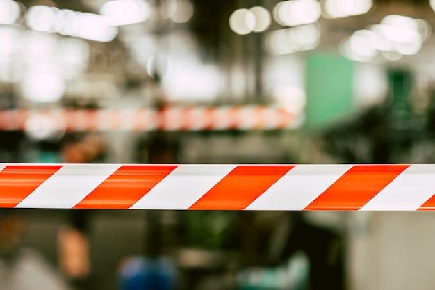 Danger zone de sécurité attention ne pas entrer de ruban rouge avec l'usine de l'industrie.