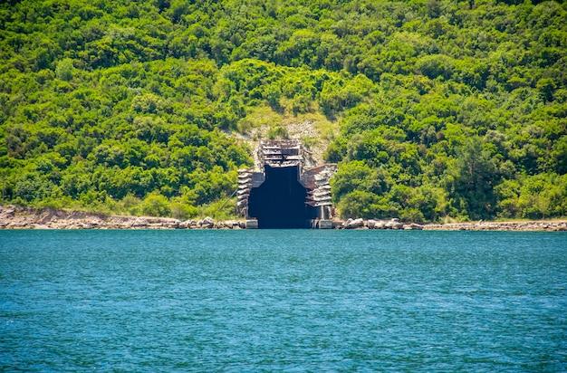 Dans la baie de boka-kotorsky en face de la ville de herceg novi se trouve une base militaire secrète.