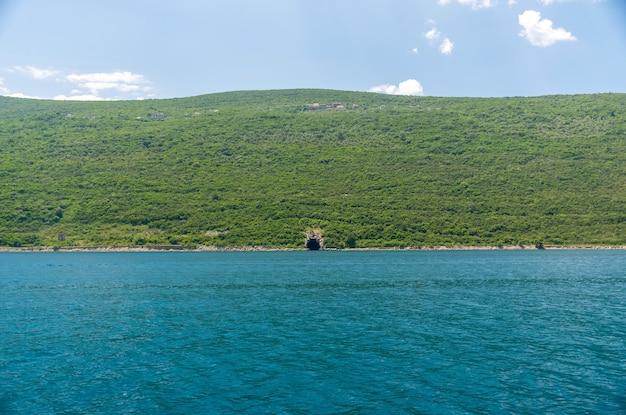 Dans la baie de boka-kotorsky en face de la ville d'herceg novi se trouve une base militaire secrète.