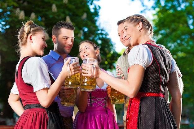 Dans biergarten - amis buvant de la bière