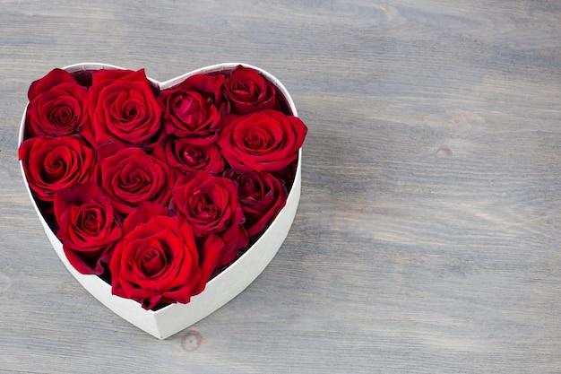 Dans une boite en forme de coeur bourgeons de roses rouges