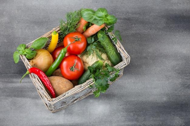 Dans une boîte en osier légumes et fines herbes